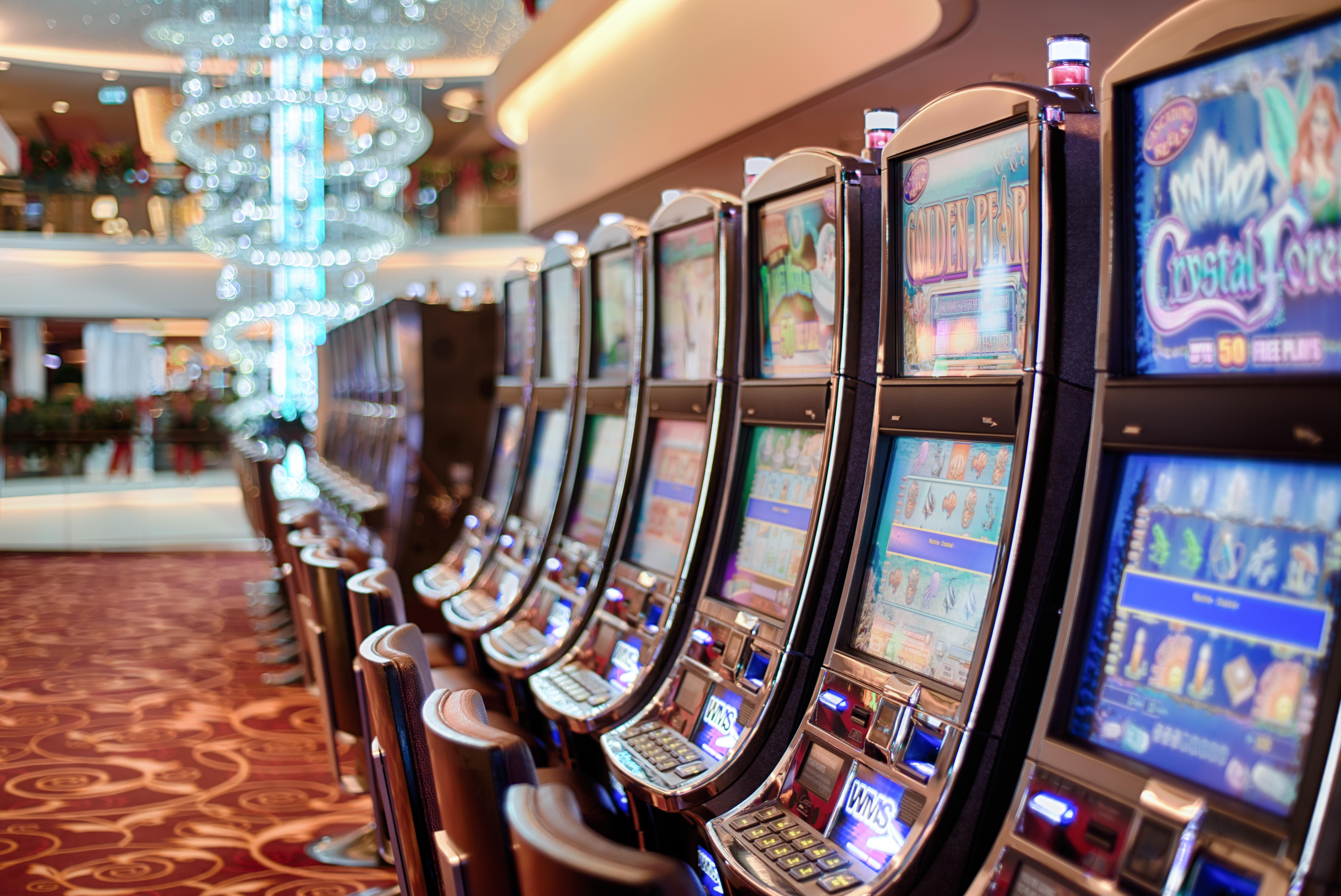 En rad med spelautomater på ett casino